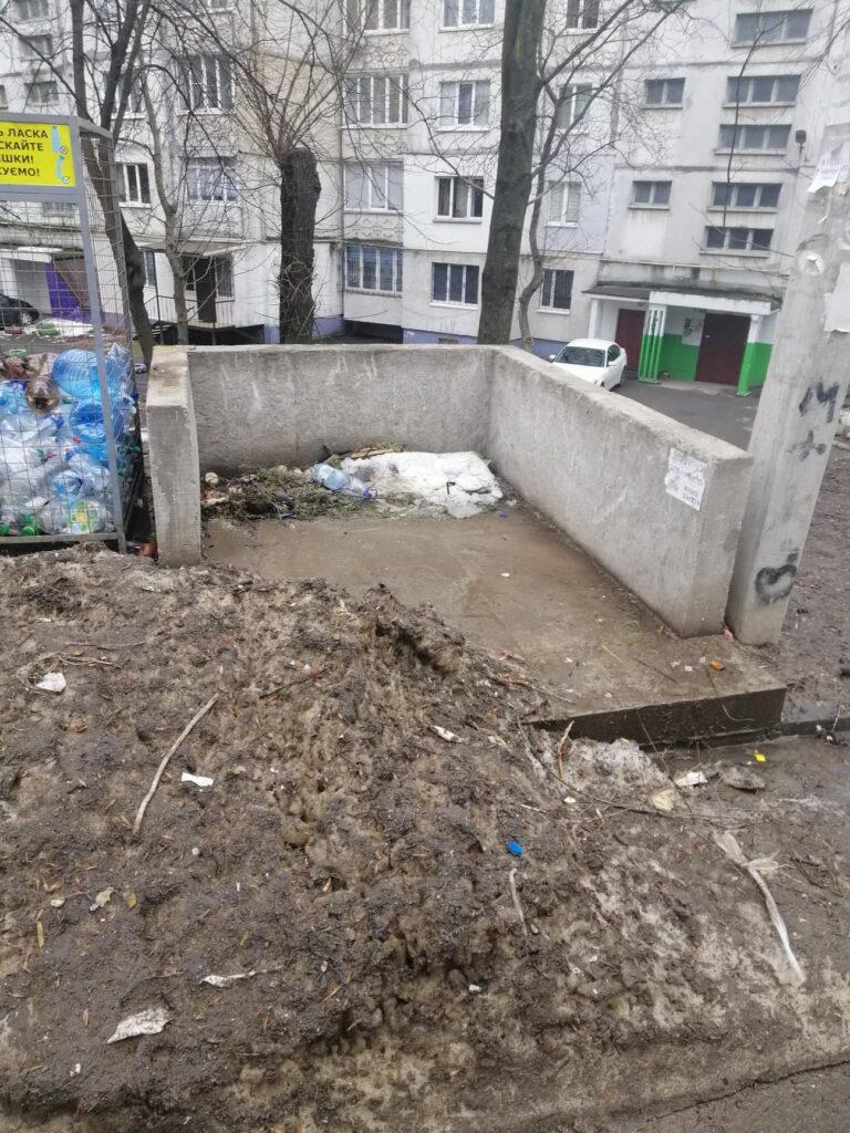 Майданчик для великогабаритного сміття на вул.. Львівське шосе. Фото авторок