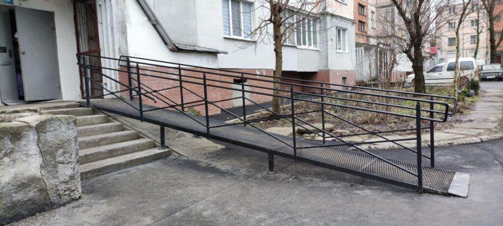 Пандус на вулиці. Тернопільській. Фото авторок